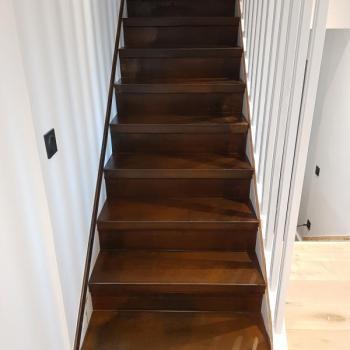 Habillage escalier bois en tôle rouillée